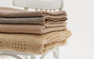 Stoffen doeken op een witte stoel