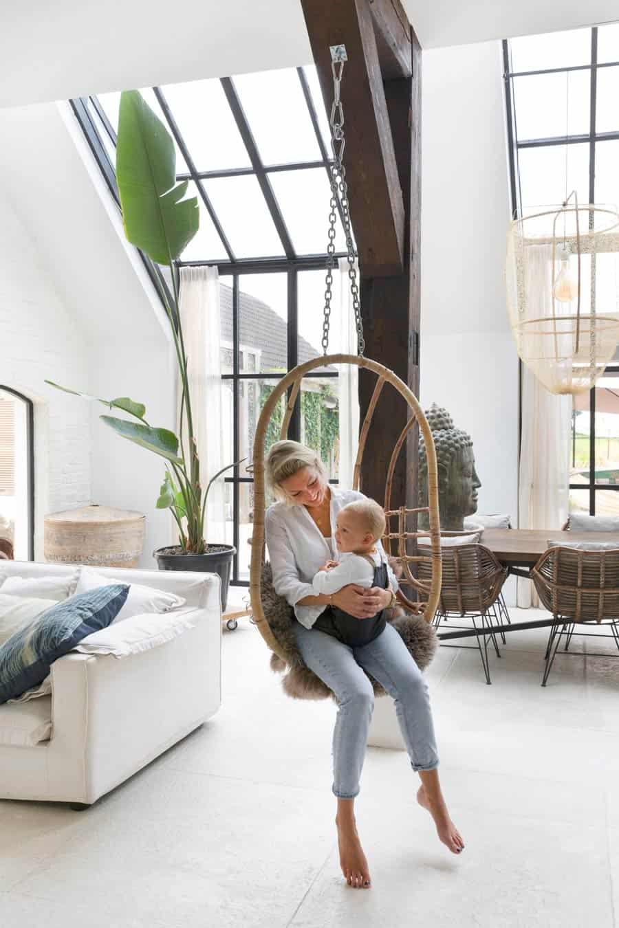 Huiskamer met schommel en Saint Germain gordijnen