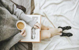 vrouw met koffie die zit te lezen