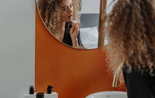 Vrouw poetst haar tanden in de badkamer