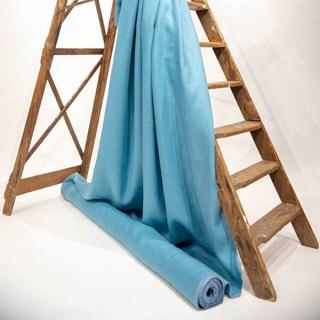 Kensington Canard gedrapeerd over een houten trap