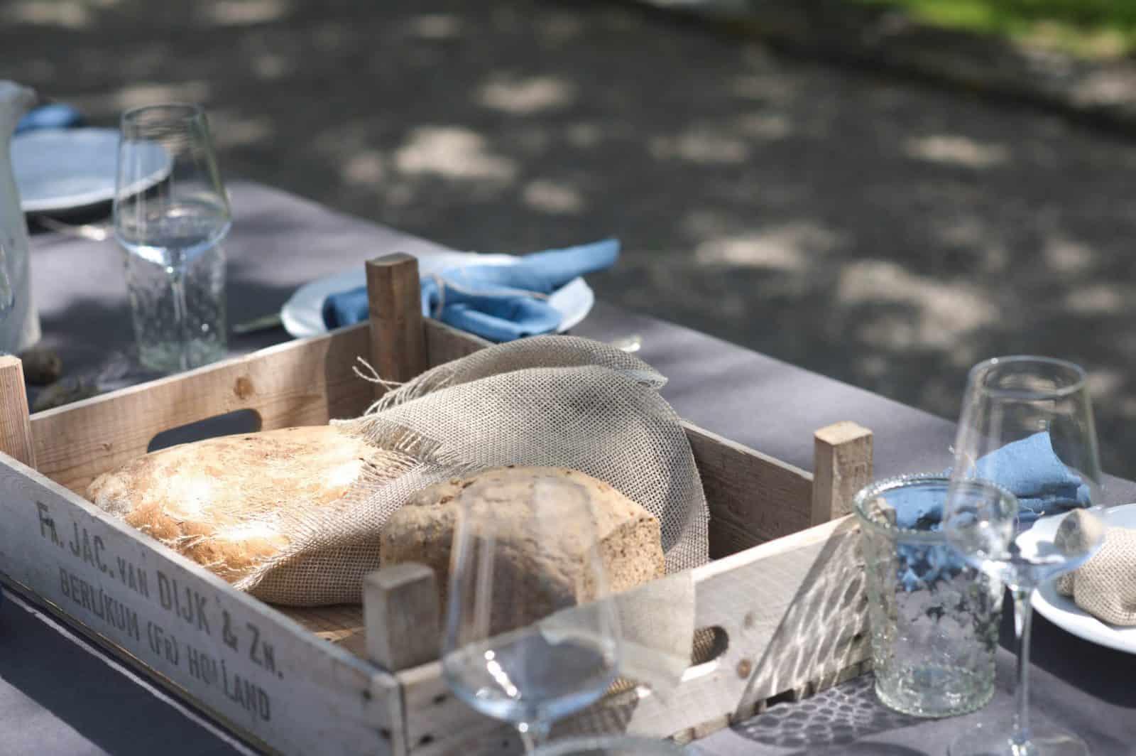Brood in een houten krat bij de picknick
