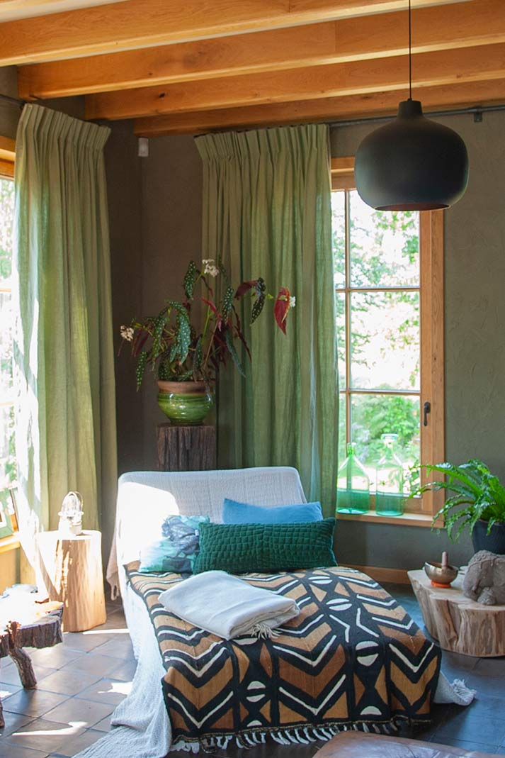 Natuurlijke tinten en groene hanggordijnen