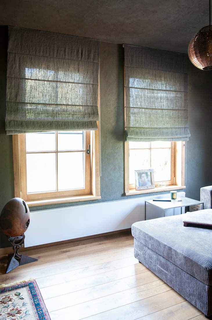 Groene vouwgordijnen in de slaapkamer