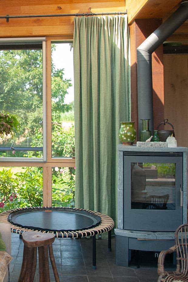 Groene hanggordijnen in een bohemian woonkamer