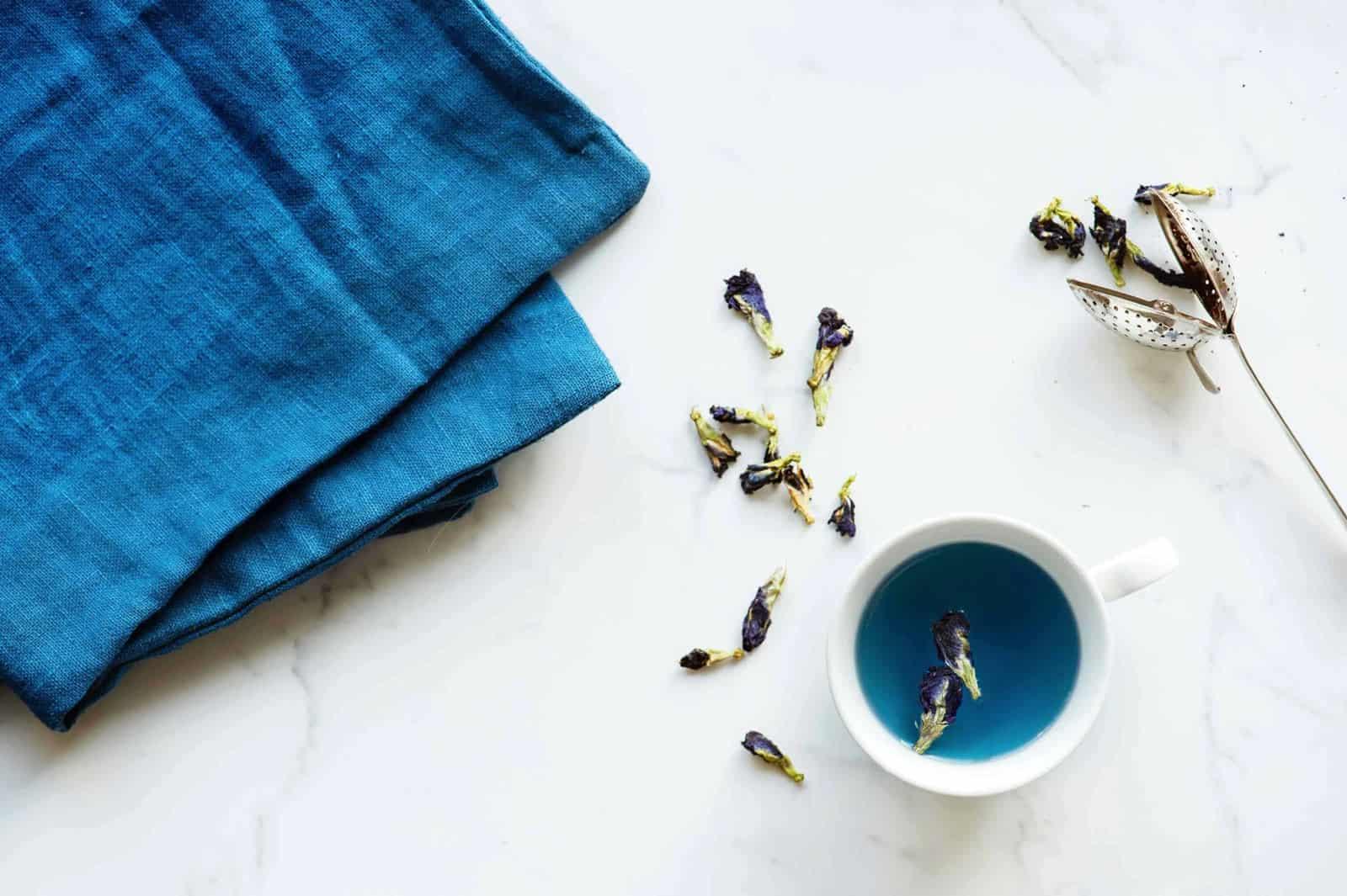 Blauw linnen op een marmeren tafel met thee