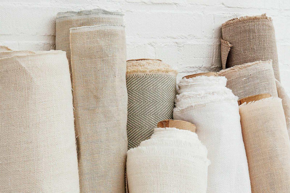 Rollen linnen stof in aardetinten