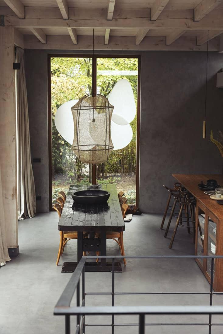 Kensington Oatmeal hanggordijnen in een stijlvolle boshut